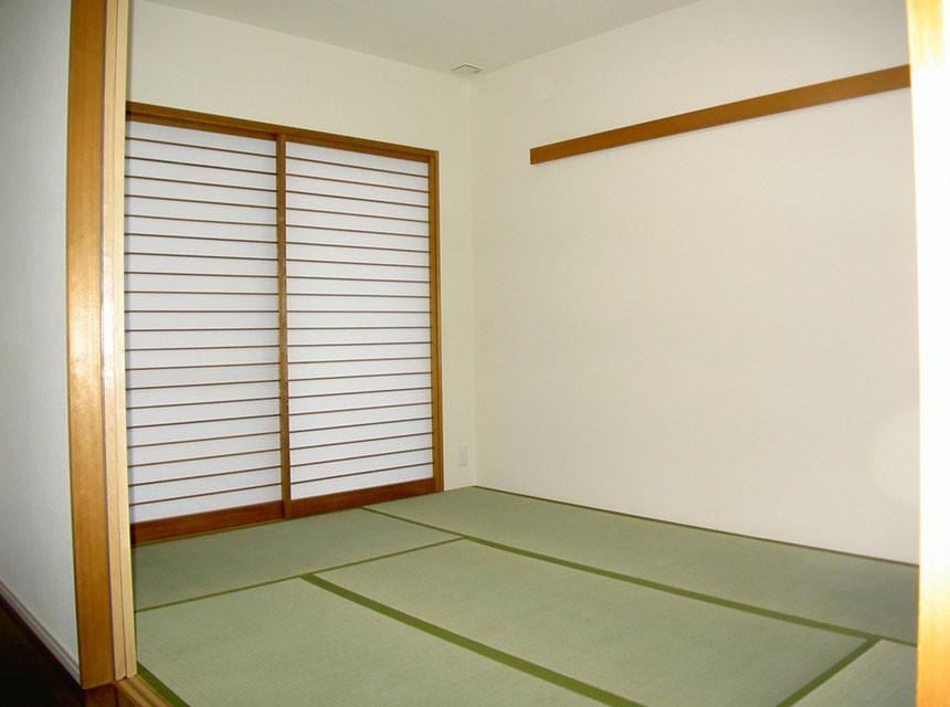 築14年のマンション、年代感のある色調を整え収納もモダンに確保