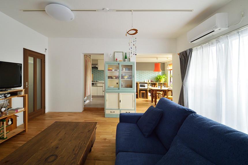 お気に入りの家具が映える、無垢材と白い壁のシンプルで心地よい住まい